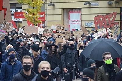 Protest przeciwko zaostrzaniu przepisów aborcyjnych w Krakowie (Źródło zdjęcia:Wikipedia)