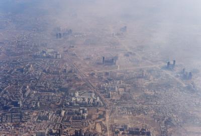 """Credit: ROBERTO SCHMIDT/Getty Images""""Populacja Indii wynosi prawie 1,3 miliarda (irośnie), takwięc poChinach Indie są najbardziej zaludnionym krajem świata. Tolotnicze zdjęcie New Delhi pokazuje jakie tu zatłoczenie ijak zatrute jest powietrze zpowodu nadmiaru ludzi."""""""