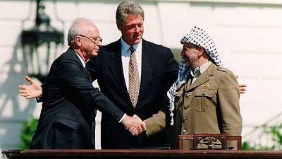 Od lewej: Izraelski premier Minister Jicchak Rabin, prezydent Bill Clinton i międzynarodowy gangster Jaser Arafat po podpisaniu Porozumień z Oslo 13 września 1993. Zdjęcie: Vince Musi/The White House.