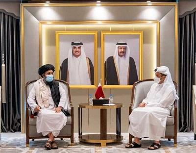 Wicepremier Kataru i minister spraw zagranicznych Mohammed bin Abdulrahman Al Thani spotyka się z mułłą Abdulem Ghani Baradarem, szefem biura politycznego Talibanu, w Doha, 17 sierpnia 2021. Zdjęcie: Qatar News Agency