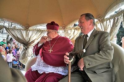 Minister Szyszko oraz biskup Antoni Dydycz patrzący na wiernych