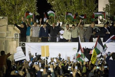 """Palestyńscy terroryści, wypuszczeni z więzienia przez Izrael jako """"gest dobrej woli"""" witani z honorami w rezydencji prezydenta Mahmouda Abbasa w Ramallah 30 października 2013 r. Według statystyk co najmniej połowa zwolnionych więźniów palestyńskich powróciła do terroryzmu. (Zdjęcie: Oren Ziv/Getty Images)"""