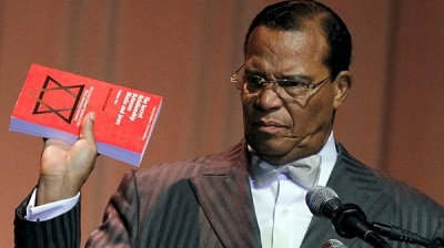 Louis Farrakhan trzyma egzemplarz swojej książkiThe Secret Relationship Between Blacks and Jews