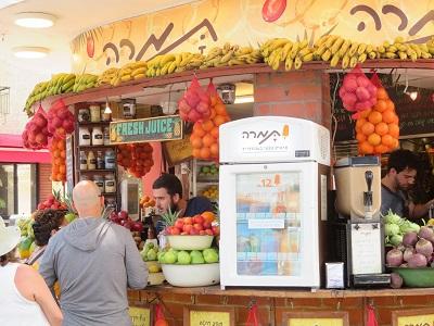 Handlarz owocami na Bulwarze Ben Guriona w Tel Awiwie