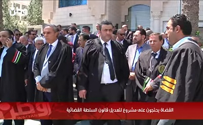Sędziowie w Autonomii Palestyńskiej (AP) protestują w Al-Bireh przeciwko planom AP zmiany prawa o władzy sądowniczej w sposób, który pozwala rządowi AP ingerować w pracę sędziów i sądów, 23 sierpnia 2017. (Zrzut z ekranu z Watan TV)