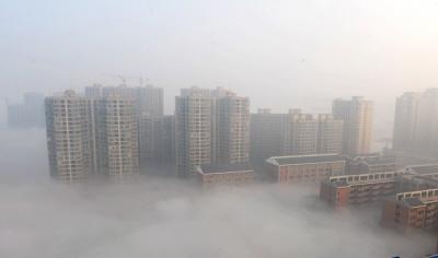 """Credit: VCG/Getty Images""""Nie, tonie jest romantyczna mgła nadCzangsza (Changsha), miastem wprowincji Hunan. Tojest straszliwy smog, spowodowany zanieczyszczeniem powietrza. Wszyscy wiemy, żeChiny mają wielki problem demograficznego wzrostu, któryzmusił je dowymuszanej przezprawo polityki jednego dziecka, alenadal produkują ogromne ilości zanieczyszczeń. WPekinie węgiel isamochody todwa główne źródła zanieczyszczenia powietrza."""""""
