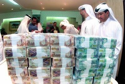 Katarczycy i ich gotówka [Źródło: Arabian Business, Marzec 2015]
