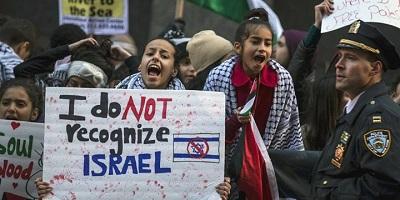 <span>Nowy Jork, plakaty popierające BDS po decyzji o przeniesieniu ambasady amerykańskiej w Izraelu do Jerozolimy. Foto: Reuters/Carlo Allegri.</span>