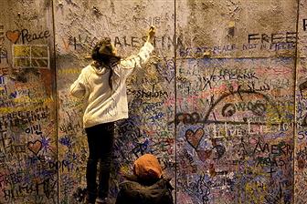 Ogłoszenie w Londyńskim metrze z 2013 roku: Jeśli będziesz w pobliżu placu Piccadilly, zatrzymaj się w pobliżu kościoła św. Jamesa i spójrz przez bramę. Tam gdzie zazwyczaj był rynek na dziedzińcu jest ośmiometrowy, betonowy mur, replika Oddzielającego Muru otaczającego dziś Betlejem.