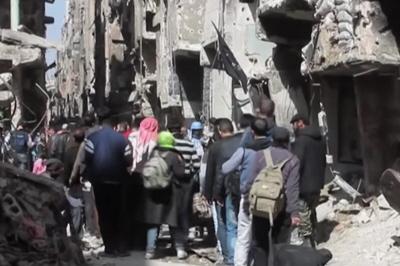 Palestyńczycy uciekają z obozu Jarmouk w pobliżu Damaszku po zaciętych walkach we wrześniu 2015 r. ( Zdjęcie: film RT, zrzut z ekranu)