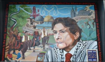 """Na zdjęciu palestyński mural z Edwardem Saidem. Said skupił wokół siebie wielu akolitów ideologii """"postkolonializmu"""" reprezentujących wszystkie dziedziny nauk społecznych. Jednakże zachodni uczeni i dziennikarze idący śladami Saida niedoceniali znaczenia dominującej w społeczeństwach muzułmańskich kultury honoru i wstydu i jej wpływu na formy religijności, zjawiska zamazanego przez Saida przy pomocy pogardliwego pojęcia """"orientalizmu""""."""