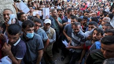 Fakt, że duża liczba Palestyńczyków rozpaczliwie pragnie pracować w Izraelu, jest oznaką braku działania Hamasu i Autonomii Palestyńskiej na rzecz poprawy warunków życia swojej ludności mimo olbrzymich sum pieniędzy, jakie otrzymują z rozmaitych źródeł, włącznie ze Stanami Zjednoczonymi, Unią Europejską i ONZ. Na zdjęciu: Palestyńscy mężczyźni w północnej Strefie Gazy gromadzą się, by złożyć podanie o pozwolenie na pracę w Izraelu, 6 października 2021 roku. (Zdjęcie: Alrabiya News)