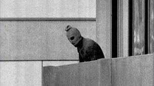 Terrorysta trzymający zakładników, sportowców izraelskich, na Olimpiadzie w Monachium w 1972 r. Wszystkich 11 zakładników zabili.<br /> (\