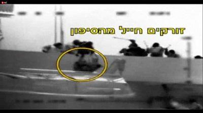 Zrzut z ekranu z materiału filmowego z rajdu na flotyllę do Gazy w 2010 roku, pokazujący wyrzucenie za burtę żołnierza IDF