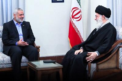 """Twierdzenie Hamasu, że """"wygrał"""" ostatnią wojnę z Izraelem, stało się przedmiotem wyśmiewania i szyderstw ze strony wielu Arabów, którzy są świadomi, że jedynym, co interesuje Hamas, jest ugłaskanie mułłów w Iranie, żeby dawali im więcej pieniędzy i broni. Na zdjęciu: """"Najwyższy Przywódca"""" Iranu, ajatollah Ali Chamenei (po prawej) i przywódca Hamasu, Imail Hanija w Teheranie (Zdjęcie: Teheran Times)"""