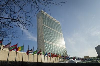 Systematyczna dyskryminacja w Narodach Zjednoczonych jest zbyt oczywista, by ją ignorować. Po prostu na gigantyczną skalę praktykuje się tam podwójny standard wobec tego, co uznawane jest za instytucjonalny rasizm, a co nie – i to trzeba przyznać. Na zdjęciu: budynek sekretariatu kwatery głównej ONZ w Nowym Jorku. (Zdjęcie: UN)