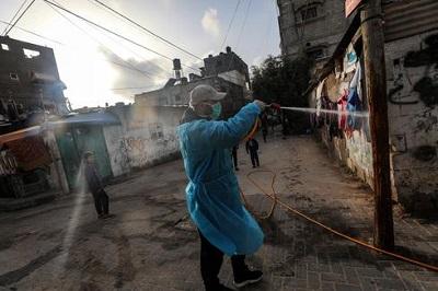 Palestyńczycy rozpryskują dezynfektant przeciwko szerzeniu się koronawirusa na ulicach obozu Al Nusairat w środkowej Strefie Gazy. (Zdjęcie EPA)