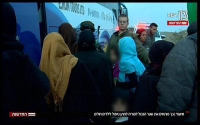 Syryjskie matki i dzieci wsiadają do autobusu, jadącego do izraelskiego szpitala, z reportażu telewizyjnego nadanego 19 listopada 2017 (zrzut z ekranu, Hadashot News)