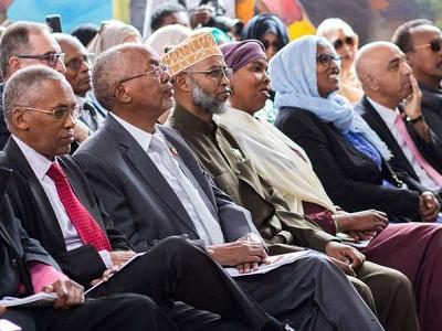 Minister spraw zagranicznych Somalilandu, Sa'ad Ali Szire, od lewek, wiceprezydent Abdirahman Abdallahi Sajlici i ambasador w Wielkiej Brytanii Ikbal Dżhazbhaj z innymi gośćmi na Międzynarodowych Targach Książki w Hargeisa, 21 lipca 2018 r.Mustafa Saeed/AFP/Getty Images