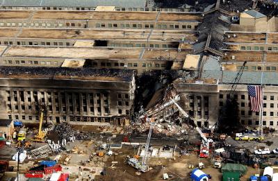 Pentagon po uderzeniu samolotem lotu AA 77, 11 września 2001 (Zdjęcie zrobione po ugaszeniu pożaru. Źródło: Wikipedia)