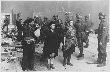 Ujęci żywcem powstańcy z Warszwskiego Getta, maj 1943. Kobieta po prawej stronie to Hasia Szylgold-Szpiro. (Zdjęcie; Wikipedia)