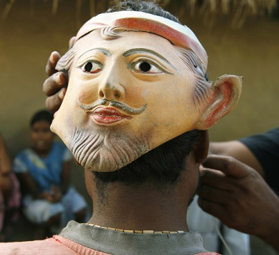 Maska założona na tył głowy zbieracza miodu, Madhusudhana Mondala, w Bali we wsi w Sundarbans w Indiach, wtorek, 5 sierpnia 2008 r. Las Sundarbans, bezlitosna gęstwina wysp u wschodniego krańca Indii, jest domem dla największej chyba na świecie populacji tygrysów skłonnych do atakowania ludzi, jak również 4 milionów ludzi, którzy należą do najbiedniejszych w Indiach. Mieszkańcy wierzą, że tygrysy nie atakują ludzi od przodu i noszą maski na tyłach głowy w nadziei odstraszenia ich. (AP Zdjęcie/Gautam Singh)