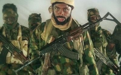 Boko Haram właśnie obchodził dziesiątą rocznicę swojego powstania. Co roku ta nigeryjska grupa terrorystyczna, która zyskała przyczółek w sąsiednich krajach afrykańskich, w Kamerunie, Czadzie i Nigrze, wydaje się silniejsza. Na zdjęciu: przywódca Boko Haram, Abubakar Szekau, z wideo propagandowego grupy z listopada 2018 r.
