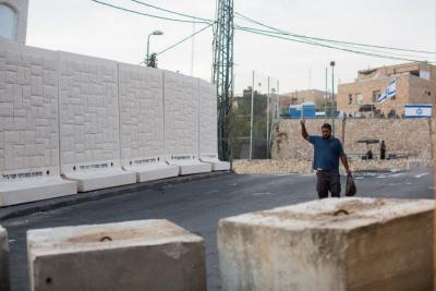 Pięć z sześciu płyt betonowych umieszczonych między dzielnicami (żydowską) Armon Hanatziv o (arabską) Dżabel Mukaber, 18 października 2015 r. Na pierwszym planie bloki betonowe przy wejściu do Dżabel Mukaber. (Yonatan Sindel/Flash90)