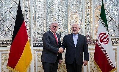 """W ostatnich latach Niemcy były zdecydowanie wrogie wobec Izraela. W maju 2016 roku rząd niemiecki zaaprobował szczególnie haniebną rezolucję ONZ, która na dorocznym zgromadzeniu ogólnym Światowej Organizacji Zdrowia wskazała na Izrael jako jedyne na świecie państwo naruszające """"psychiczne, fizyczne i środowiskowe zdrowie"""". Niemiecki prezydent, Frank-Walter Steinmeier przymila się do irańskiego reżimu i innych wrogów Izraela. Na zdjęciu: irański minister spraw zagranicznych, Mohammad Dżavad Zarif, spotyka się z Steinmeierem (ówczesnym ministrem spraw zagranicznych Niemiec) w Teheranie 3 lutego 2016 roku. (Zdjęcie: Tasnim/Wikimedia Commons)"""