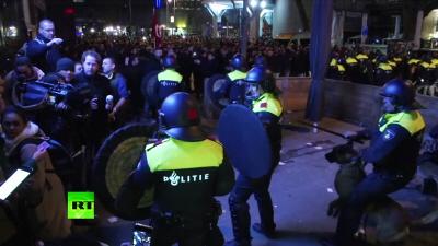 Policja holenderska w Rotterdamie używa pałek, psów i armatek wodnych do stłumienia zamieszek, jakie wybuchły, kiedy tłum popierający Erdogana agresywnie protestował przeciwko odmowie wpuszczenia do kraju tureckich ministrów, 11 marca 2017 r. Tureccy ministrowie planowali przemawianie na wiecach politycznych Turków w Holandii. (RT zrzut z ekranu)