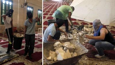 Młodzi Arabowie palestyńscy w maskach wewnątrz meczetu Al-Aksa (niektórzy w butach) gromadzą kamienie do rzucania na Żydów odwiedzających Wzgórze Świątynne, 27 września 2015 r.