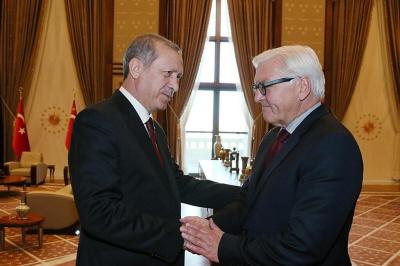 """Minister spraw zagranicznych Niemiec, Frank-Walter Steinmaier (po prawej) powiedzia�, �e stosunki jego kraju z Turcj� pogorszy�y si� do tego stopnia, �e te dwa kraje w�a�ciwie """"nie maj� podstawy do rozmów""""."""