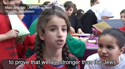 """Mała dziewczynka mówi, czego nauczyła się w szkole UNRWA o powodach prowadzenia wojny przeciwko Żydom przez jej naród [źródło: wideo]Tekst na ekranie: """"żeby dowieść, że jesteśmy silniejsi niż Żydzi"""""""
