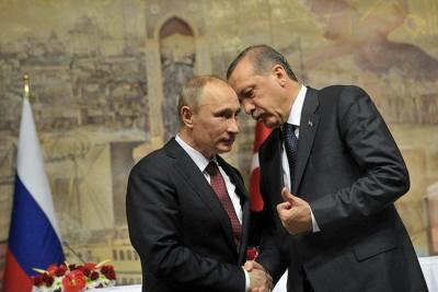 Prezydent turecki Recep Tayyip Erdoğan próbuje naprawić bardzo uszkodzone stosunki z Rosją, podczas gdy ostro krytykuje swojego sojusznika z NATO, Stany Zjednoczone, i oskarża armię USA o popieranie próby zamachu na niego. Na zdjęciu: prezydent Rosji, Władimir Putin (po lewej) z Erdoğanem (wówczas premierem), na spotkaniu w Stambule 3 grudnia 2012 r. (Zdjęcie: kremlin.ru)