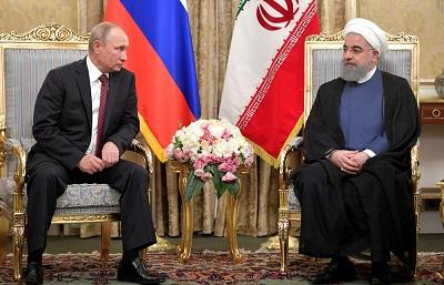 Rosja odkryje niebawem dwulicowość, jaka od czterdziestu lat charakteryzuje dyplomację Iranu. Konwencja o statusie prawnym Morza Kaspijskiego była tylko kawałkiem papieru podpisanym, żeby zadowolić rosyjskiego prezydenta Władimira Putina, który teraz może dołączyć do klubu tych, których oszukali mułłowie. Na zdjęciu: Putin spotyka się z irańskim prezydentem Hassanem Rouhanim w Teheranie 1 listopada 2017 r. (Źródło: kremlin.ru)