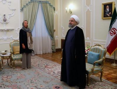 Podczas wizyty w Iranie Federica Mogherini (po lewej), obecna Wysoka Przedstawicielka Unii Europejskiej ds. Polityki Zagranicznej i Bezpieczeństwa, koleguje się z mężczyznami, którzy skazali na śmierć tysiące kobiet (i mężczyzn. Czy kiedykolwiek myśli o ludziach straconych z wyroków na podstawie praw islamistycznych w tym kraju? (Zdjecie: European Commission)