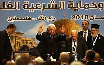 Prezydent Autonomii Palestyńskiej gestykuluje podczas spotkania Palestyńskiej Rady Narodowej w Ramallah 30 kwietnia 2018. (AFP zdjęcie/Abbas Momani)