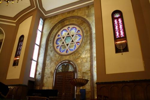 Wnętrze synagogi Neve Şalom w Stambule, która była obiektem zamachu bombowego wraz z synagogą Bet Israel 15 listopada 2003 r., w których zginęło 27 ludzi, a ponad 300 zostało rannych.