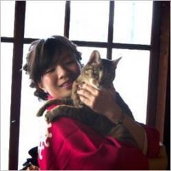 Zdj�cie Saho Takagi i jej kota. Kto inny poza mi�o�nikiem kotów w ogóle zrobi�by takie badanie?