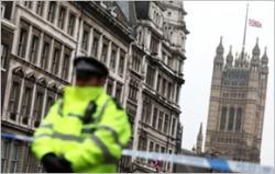 Policjanci na miejscu zamachu na Westminster Bridge w Londynie, Wielka Brytania, 22 marca 2017. (zdjęcie: REUTERS)