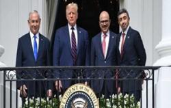Rosnąca liczba Arabów, szczególnie tych, którzy żyją w Zatoce, mówi, że wreszcie zrozumieli, że Izrael nie jest wrogiem muzułmanów i Arabów. Taka zmiana opinii była widoczna jeszcze zanim Zjednoczone Emiraty Arabskie i Bahrajn podpisały porozumienie pokojowe z Izraelem podczas ceremonii w Białym Domu 15 września. Za zdjęciu od lewej do prawej: premier Netanjahu, prezydent Trump, minister spraw zagranicznych ZEA, Abdullah bin Zajed Al-Nahjan, minister spraw zagranicznych Bahrajnu, Abdullatif al-Zajani, 15 września 2020 r. (Zdjęcie: zrzut z ekranu z relacji telewizyjnej.)