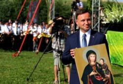 Prezydent Duda z Matką Boską w klapie.