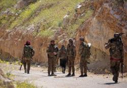 Wojownicy Syryjskich Sił Demokratycznych (SDF) stoją razem we wsi Baghouz w prowincji Deir Al Zor, Syria, 20 marca March 20, 2019. (zdjęcie: REUTERS/RODI SAID)