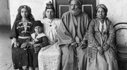 Hakham Ezra Dangoor, naczelny rabin Bagdadu, na zdjęciu wraz z rodziną w 1910 r. (Jewish News)