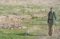 Jazyd obok masowego grobu odkrytego w listopadzie 2015 r. po wyzwoleniu Sindżar przez siły kurdyjskie z rąk Państwa Islamskiego (Zdjęcie: SETH J. FRANTZMAN)