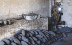 Członek irackiej policji federalnej przeprowadza inspekcję fabryki używanej przez Państwo Islamskie do produkcji kul moździerzowych w zachodnim Mosulu. (zdjęcie: REUTERS)