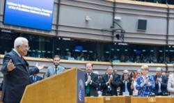 Prezydent Autonomii Palesty�skiej, Mahmoud Abbas, otrzymuje stoj�c� owacj� w Parlamencie Europejskim w Brukseli 23 czerwca po fa�szywym twierdzeniu, �e rabini izraelscy wzywaj� do zatruwania wody palesty�skiej. Abbas potem wycofa� si� i przyzna�, �e to twierdzenie by�o fa�szywe. (Zdj�cie: European Parliament)
