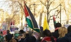 """Demonstracja pod hasłem: """"Zatrzymać wojnę"""" Londyn 3 stycznia 2009. Zdjęcie: Claudia Marques Vieira. Flickr."""