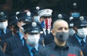 Strażacy Nowego Jorku oddają hołd ofiarom podczas uroczystości w 19. rocznicę ataków 9/11(zdjęcie: SHANNON STAPLETON / REUTERS)