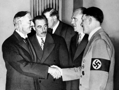 Wrzesień 1938, Chamberlain i Hitler. Serdeczny uścisk dłoni przypieczętował dżentelmeńską umowę.